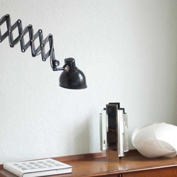 lampen-111-scherenlampe-helion-mit-bakelitschirm-und-grauem-stoffkabel-019_dev