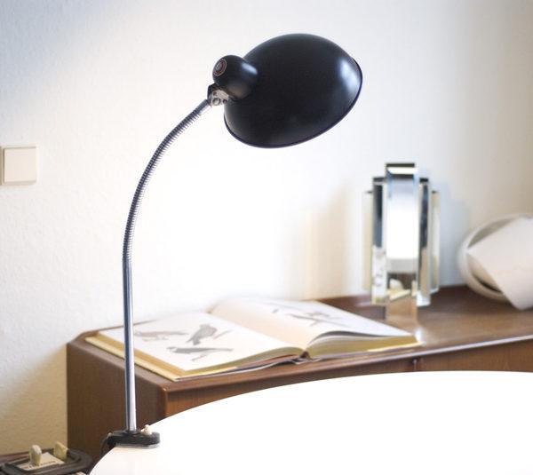 tischleuchte helo mit breitem schirm und schwanenhals fiat lux. Black Bedroom Furniture Sets. Home Design Ideas