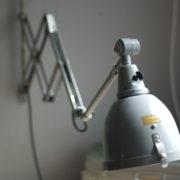 lampen-214-graublaue-scherenlampe-midgard-ddrp-mit-seltenem-schirm-mit-glassscheibe-05