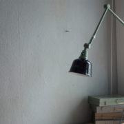 lampen-250-gruene-gelenklampe-midgard-originalzustand-emaillierter-schirm-01_dev