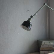 lampen-250-gruene-gelenklampe-midgard-originalzustand-emaillierter-schirm-02_dev