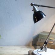 lampen-300-gelenklampe-midgard-stahloptik-auf-marmoplatte-desk-table-lamp-02_dev