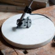 lampen-300-gelenklampe-midgard-stahloptik-auf-marmoplatte-desk-table-lamp-03_dev