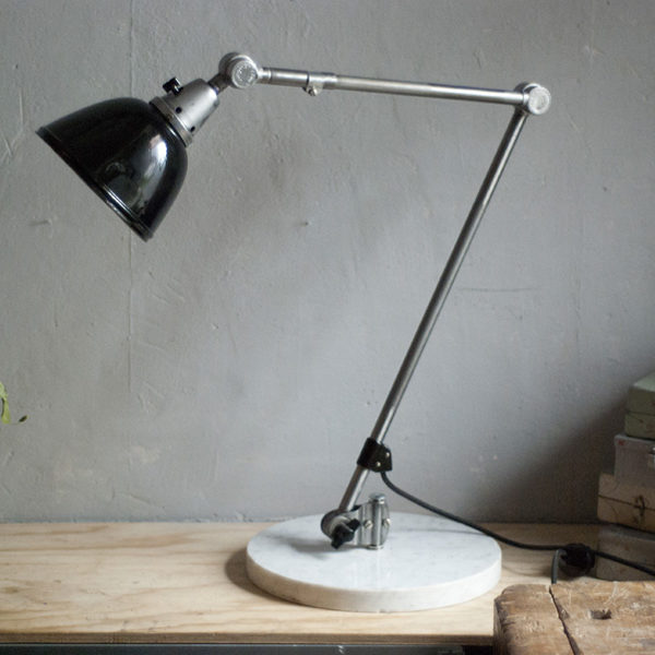 lampen-300-gelenklampe-midgard-stahloptik-auf-marmoplatte-desk-table-lamp-05_dev