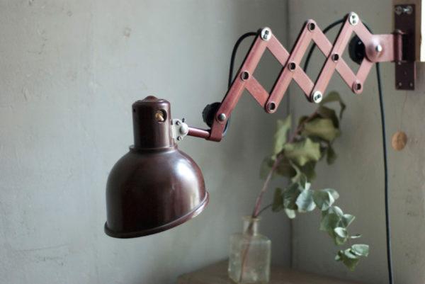 lampen-437-rote-scherenlampe-helion-mit-bakelitschirm-scissor-lamp-red-bakelite-005_dev