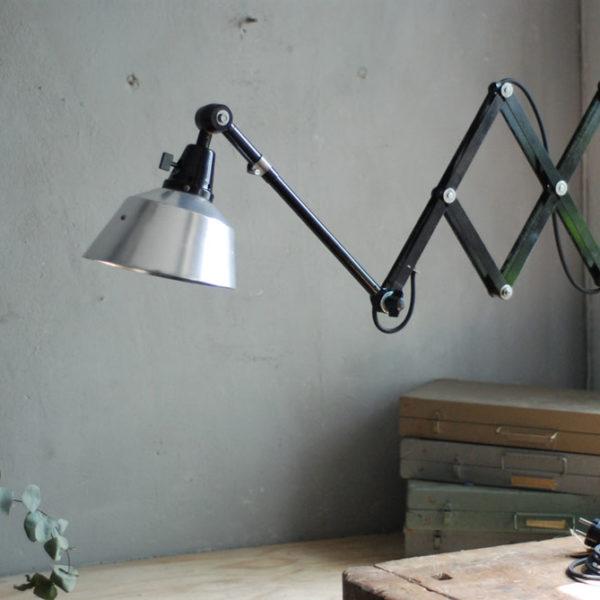 lampen-477-grosse-scherenlampe-schwarze-midgard-reflektor-aluminium-big-scissor-lamp-black-06