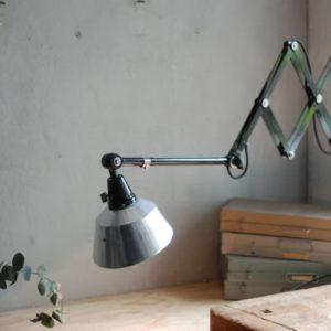 lampen-477-grosse-scherenlampe-schwarze-midgard-reflektor-aluminium-big-scissor-lamp-black-09