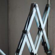 lampen-555-scherenlampe-werkstattleuchte-hammerschlag-tuerkis-midgard-ddrp-big-scissor-lamp-curt-fischer-hammertone-006