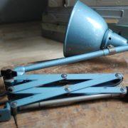 lampen-555-scherenlampe-werkstattleuchte-hammerschlag-tuerkis-midgard-ddrp-big-scissor-lamp-curt-fischer-hammertone-025