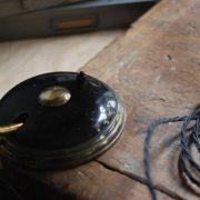 lampen-650-tischleuchte-helo-tischampe-schwarz-messing-bauhaus-table-lamp-005